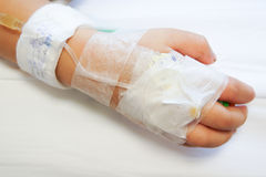 IV Lösung in der Baby-Patienten-Hand Stockfotos