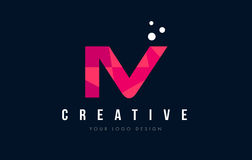IV logotipo de la letra de I V con concepto rosado polivinílico bajo púrpura de los triángulos ilustración del vector