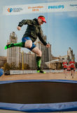 2016 09 25: IV maratón de Moscú El atleta que salta en un trampolín del patrocinador Phillips Imagen de archivo