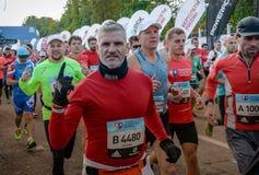 2016 09 25: IV maratón de Moscú El comienzo de los 42 0,85 kilómetros Imagenes de archivo