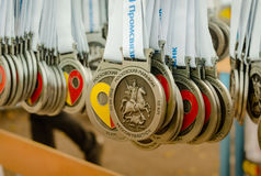 2016 09 25: IV maratón de Moscú Medallas para las acabadoras de la raza 10 kilómetros Foto de archivo