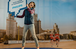 2016 09 25 : IV marathon de Moscou L'athlète sautant sur un trempoline de sponsor Phillips Photographie stock libre de droits