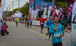 2016 09 25 : IV marathon de Moscou Les athlètes finissent la distance de marathon Photo stock