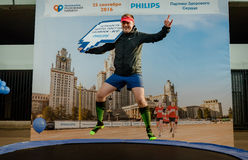 2016 09 25: IV maratona de Moscou Atleta que levanta para um fotógrafo em um trampolim da empresa Phillips Imagem de Stock