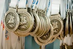 2016 09 25: IV maratona de Moscou Medalhas para estações de acabamento da raça de 10 quilômetros Fotos de Stock Royalty Free