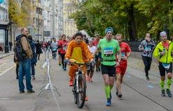 2016 09 25: IV maratona de Moscou 24o quilômetro da rota da maratona Imagem de Stock
