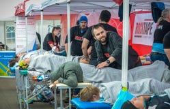 2016 09 25: IV maratona di Mosca Gli atleti finiscono la distanza maratona Immagini Stock