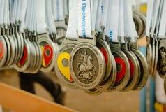 2016 09 25: IV maratona di Mosca Medaglie per le stazioni di finitura della corsa 10 chilometri Fotografia Stock