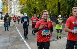 2016 09 25: IV maratona di Mosca ventiquattresimo chilometro dell'itinerario maratona Fotografia Stock Libera da Diritti