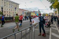 2016 09 25: IV maratona di Mosca ventiquattresimo chilometro dell'itinerario maratona Fotografia Stock