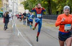 2016 09 25: IV maratona di Mosca ventiquattresimo chilometro dell'itinerario maratona Fotografie Stock