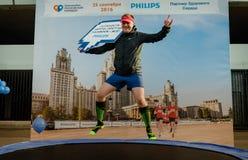 2016 09 25: IV Moskau-Marathon Athlet, der für einen Fotografen auf einer Trampoline von der Firma Phillips aufwirft Stockbild
