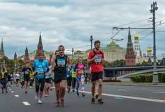 2016 09 25: IV Moskau-Marathon 36. Kilometer-Marathonabstand Lizenzfreie Stockbilder