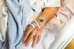 IV na mão do paciente hospitalizado Fotografia de Stock Royalty Free