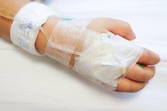 IV solución en mano del paciente del bebé Fotos de archivo