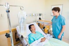 IV Zak met Verpleegster And Patient Looking bij elk royalty-vrije stock foto