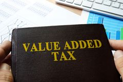 IVA del impuesto sobre el valor añadido escrito en un libro fotos de archivo libres de regalías