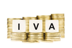IVA (impostos sobre o valor acrescentado) em pilhas de moedas de ouro com um Backgr branco Foto de Stock