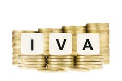 IVA (impuesto sobre el valor añadido) en pilas de monedas de oro con un Backgr blanco Foto de archivo