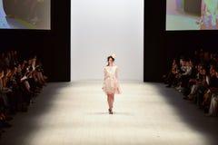 Iva Pfeiffer-Modeschau Stockfoto