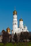 Ivan a grande torre de Bell atrás da parede do Kremlin, Moscovo Imagem de Stock