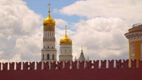 Ivan a grande torre de sino atrás da parede do Kremlin Fotografia de Stock