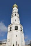 Ivan Great Bell Tower med antagandeklockstapeln på vänstersida Arkivbilder
