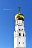 Ivan Great Bell Tower mot blå himmel med flygplanet Royaltyfria Bilder