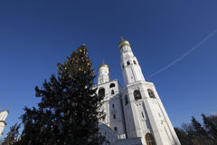 Ivan il grande complesso del campanile con l'albero di Natale del nuovo anno Quadrato della cattedrale, dentro del Cremlino di Mo Immagine Stock Libera da Diritti