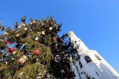 Ivan il grande complesso del campanile con l'albero di Natale del nuovo anno Quadrato della cattedrale, dentro del Cremlino di Mo Fotografie Stock Libere da Diritti