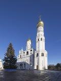 Ivan il grande complesso del campanile con l'albero di Natale del nuovo anno Quadrato della cattedrale, dentro del Cremlino di Mo Fotografia Stock Libera da Diritti