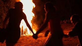 Ivan Kupala-nachtdans rond het kampvuur stock footage