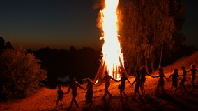 Ivan Kupala-nachtdans rond het kampvuur stock video
