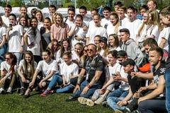 Ivan Okhlobystin con i partecipanti al festival di rugby dentro Immagini Stock Libere da Diritti