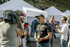 Ivan Okhlobystin ger en intervju på rugbyfestivalen i St Royaltyfria Foton