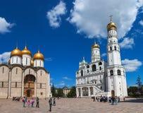 Ivan som storen sätta en klocka på står hög på Moscow Kremlin Royaltyfria Bilder