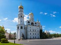 Ivan som storen sätta en klocka på står hög på Moscow Kremlin Royaltyfri Fotografi