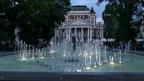 Ivan Vazov fontanny w centrum miasta Sofia i teatr narodowy, Bułgaria przy półmrokiem zbiory