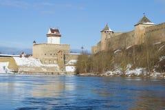 Ivangorod堡垒和埃尔曼` s的塔在一个晴朗的下午防御 俄罗斯和爱沙尼亚的边界 图库摄影