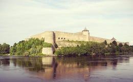 Ivangorod forteca na Rosyjskim banku Narva rzeka fotografia stock
