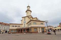 Ivano-Frankivs, Ucrânia - 17 de outubro de 2015: Câmara municipal de Ivano-Frankivsk Imagens de Stock Royalty Free