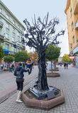 Ivano-Frankivsk,乌克兰- 2015年10月17日:孩子乘坐幸福一棵伪造的金属树  免版税库存图片