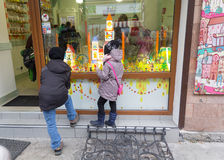 Ivano-Frankivsk,乌克兰- 2015年10月17日:孩子考虑一家商店浏览商店橱窗 免版税图库摄影