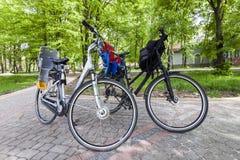 Ivano-Frankivsk, Ucraina - 29 giugno 2017: Due biciclette della città con Fotografia Stock