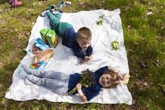Ivano-Frankivsk Ukraina - Oktober 12, 2017: Två lyckliga barn Fotografering för Bildbyråer