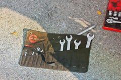 Ivano-Frankivsk, Ukraine - 25 août 2018 : Outil de réparation de voiture se trouvant au sol photo libre de droits
