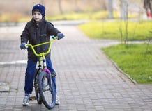 Ivano-Frankivsk, Ukraine - 22 novembre 2017 : Petit garçon sur un Bi Images libres de droits