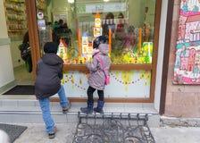 Ivano-Frankivsk, Ukraine - 17. Oktober 2015: Kinder betrachten einen Shopfenstershop Lizenzfreie Stockfotografie