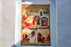 Ivanovskoe, Russland - August 2018: Fresko auf orthodoxen Themen auf der Fassade des Gebäudes der alten Kirche lizenzfreies stockbild