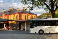 Iveco/Irisbus Crossway άσπρο λεωφορείο που σταθμεύουν μπροστά από τη στάση λεωφορείου στοκ φωτογραφία με δικαίωμα ελεύθερης χρήσης